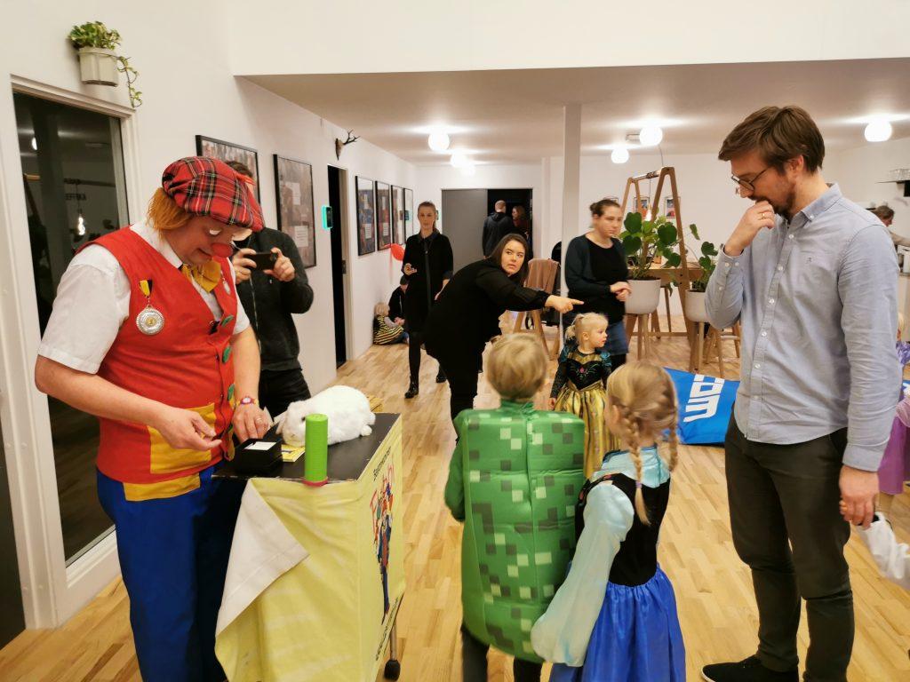 Ballonklovnen Fubbi og mere end 60 børn og forældre lagde vejen forbi Højvangen til fastelavnsfest i team.blue i februar.
